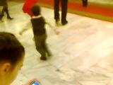 Маленький мальчик зажигает толпу своим танцем